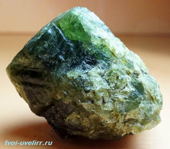 Апатит-камень-Свойства-добыча-и-применение-апатита-1