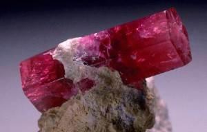 Красный-берилл-Свойства-и-применение-минерала-2