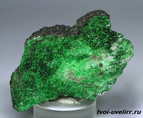 Уваровит-камень-История-происхождение-и-свойства-уваровита-1