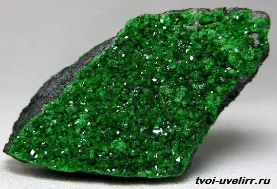 Уваровит-камень-История-происхождение-и-свойства-уваровита-2