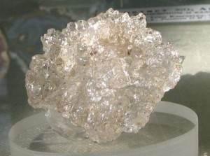 Гиалит-История-происхождение-и-свойства-камня-2
