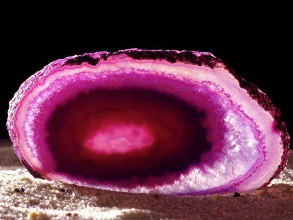 Халцедон-История-происхождение-и-свойства-камня-1