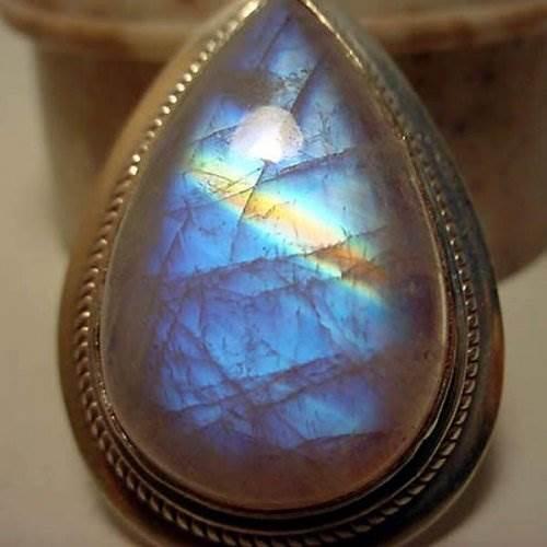 Лабрадор-камень-цвета-павлиньего-хвоста-2