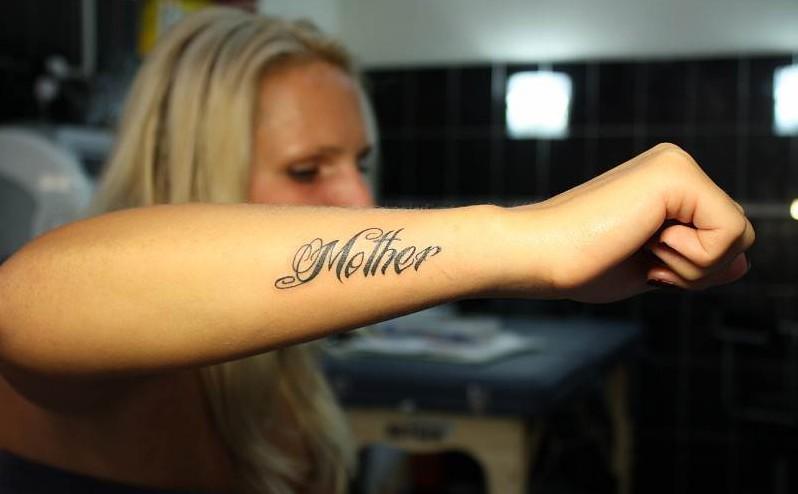 тату надпись любви достойна только мать