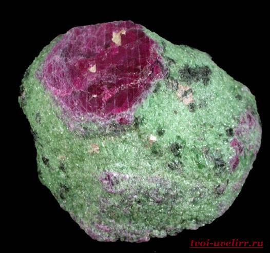 Камень-цоизит-Свойства-цоизита-Фото-цоизита-5