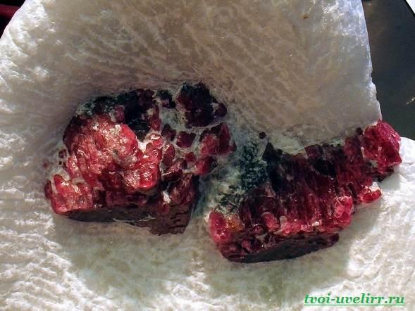 Камень-шпинель-Описание-свойства-и-применение-шпинели-1