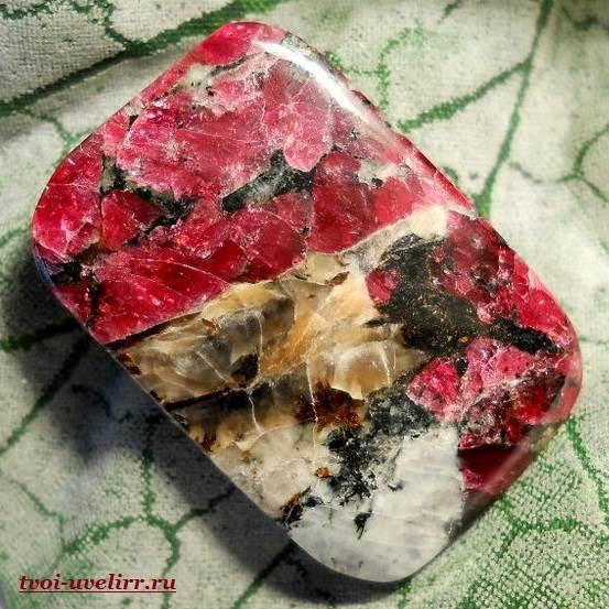 Эвдиалит камень свойства