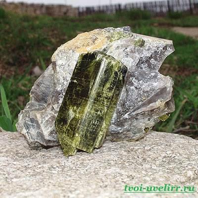 Эпидот камень