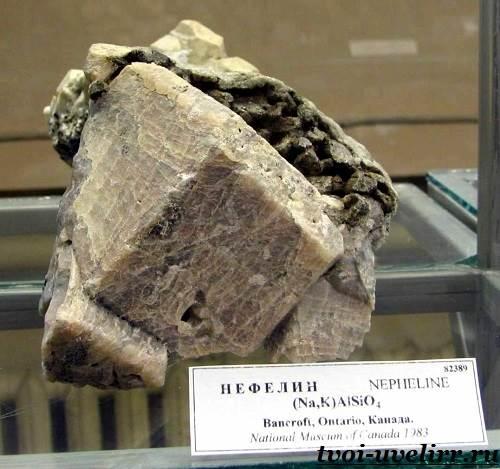 Нефелин-камень-Свойства-нефелина-Применение-нефелина-4