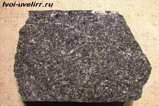 Амфиболит-камень-Свойства-и-применение-амфиболита-1