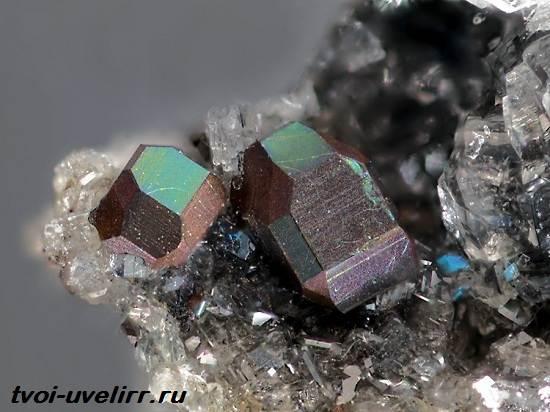 Фаялит-камень-Свойства-применение-и-цена-фаялита-3