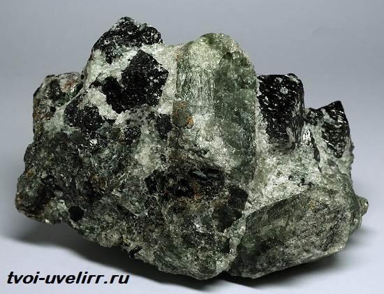 Форстерит-камень-Свойства-применение-и-цена-форстерита-3
