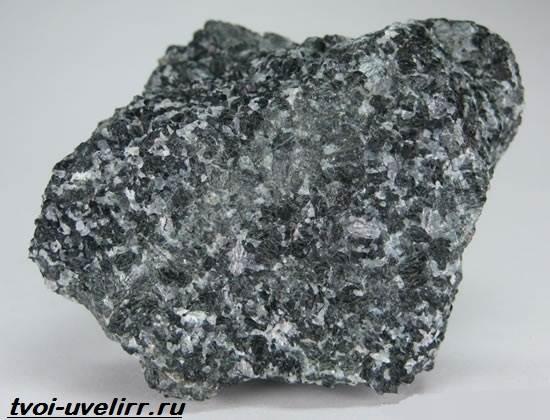 Серый-камень-Популярные-серые-камни-и-их-свойства-9