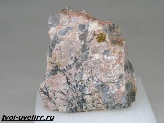 Пегматит-камень-Описание-свойства-и-применение-пегматита-6