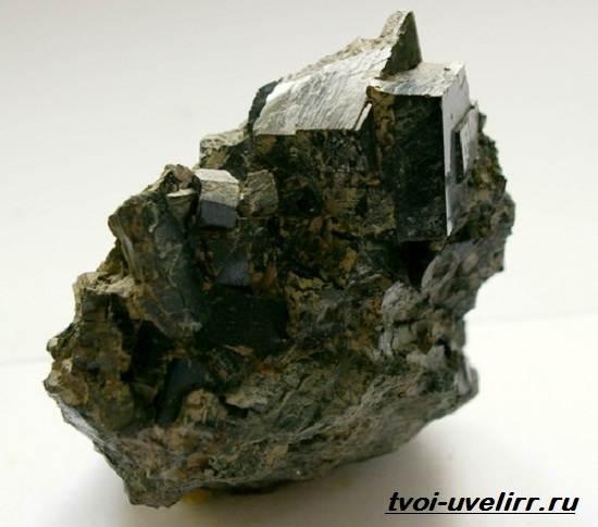 Что-такое-авгит-Свойства-добыча-применение-и-цена-авгита-2