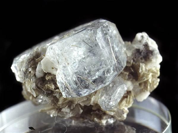 Виды-белых-драгоценных-камней-и-их-особенности-8
